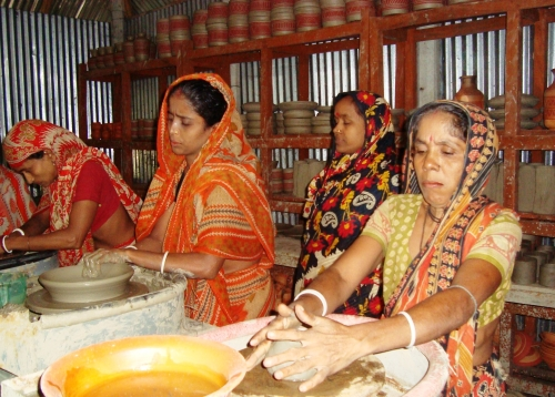 Kalpana Rani Pal (derecha) en su taller de cerámica. Crédito: Naimul Haq/IPS