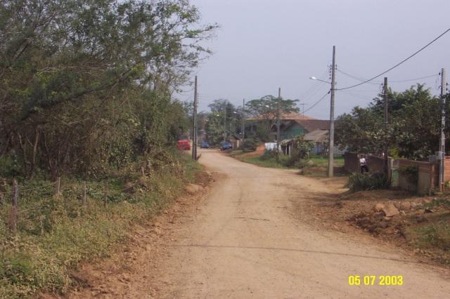 Trecho da rua Manoel Calixto Rodrigues que margeia o rio