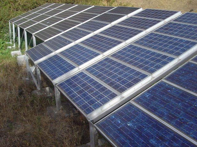 Conjunto de painéis fotovoltaicos que formam uma típica miniusina solar. Foto meramente ilustrativa. Crédito: David Monniaux/Wimedia Commons