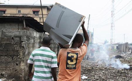 Muitos dos equipamentos chegam na África em forma de doações, mas estão inúteis A-tagged-TV-that-was-disp-001