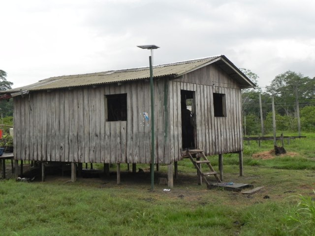Uma das casas no sítio Promessa beneficiadas com a experiência piloto de iluminação com lâmpadas LED. Fotos: Eunice Venturi / Instituto Mamirauá
