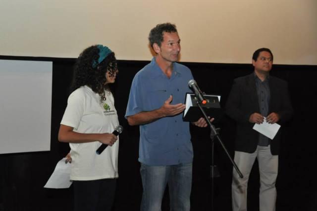 """O jornalista suíço Res Gehriger (centro) recebe o prêmio de """"Relevância Jornalística"""", concedido pela Rede Brasileira de Jornalismo Ambiental (RBJA) ao filme """"Vida engarrafada: o negócio da Nestlé com a água"""", do diretor Urs Schnell. O prêmio foi entregue pelo jornalista Antonio Carlos Teixeira (esq.), que representou o júri da RBJA"""