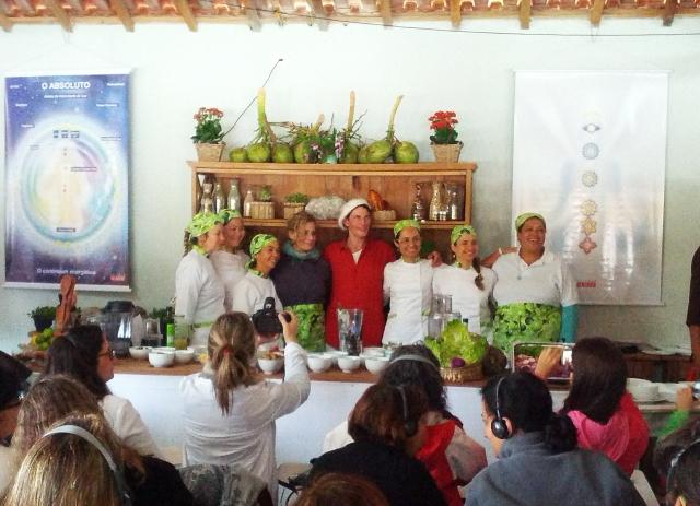 """O Dr. Gabriel Cousens ao lado de Marcela Tobal Benson e da equipe """"viva"""" de auxiliares de cozinha do Festival Culture of Life. """"Nossa consciência influi no que comemos e o que comemos influi na nossa consciência"""""""