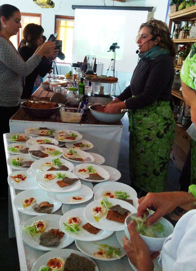 """Marcela Tobal Benson ensinou receitas veganas de leites, queijos, iogurtes, pães, sopas e sobremesas, todos feitos à base de sementes vegetais ou oleaginosas, frutas e legumes não cozidos: a escolha da comida acompanha a """"evolução do nível de luz de cada pessoa""""."""
