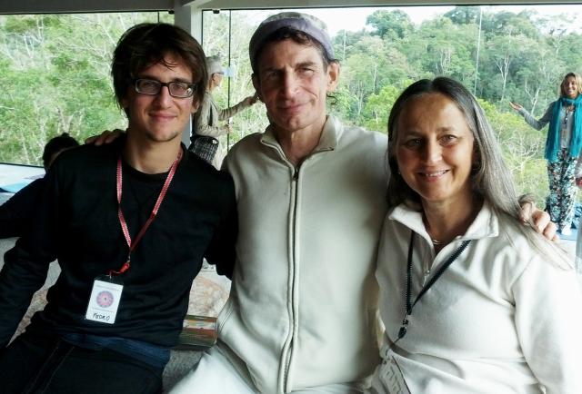 """Pedro e Mônica Wacker ao lado do Dr. Gabriel Cousens: mãe e filho levarão os ensinamentos culinários para serem testados na """"cruzinha"""" da família em Porto Alegre (RS)"""