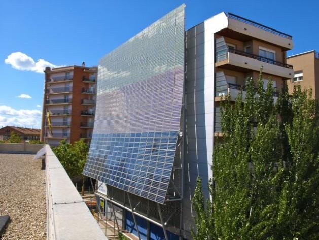 Fachada fotovoltaica de uno de los edificios del Museo de la Ciencia y de la Técnica de Cataluña. Crédito: Chixoy CC BY-SA 3.0