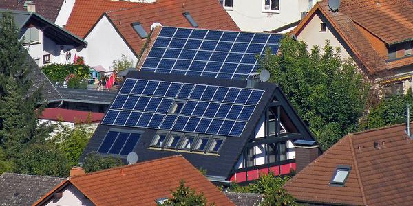 Painéis solares em telhado de casa na Alemanha. Foto: Creative Commons: Horst Kiechle, 2010