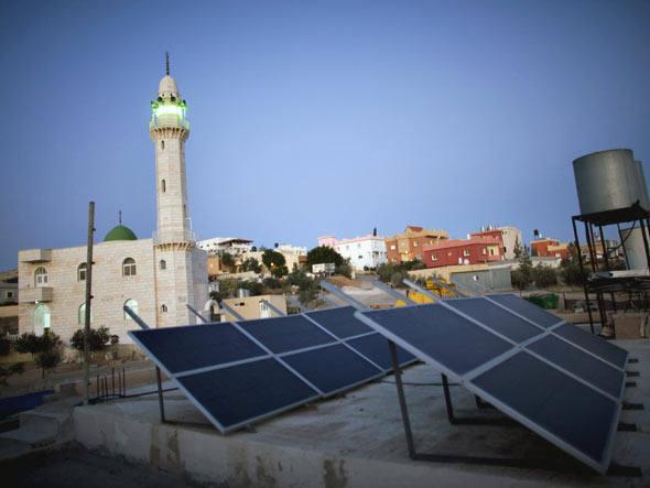 Placa solar em vila de Israel. Foto: Getty Images