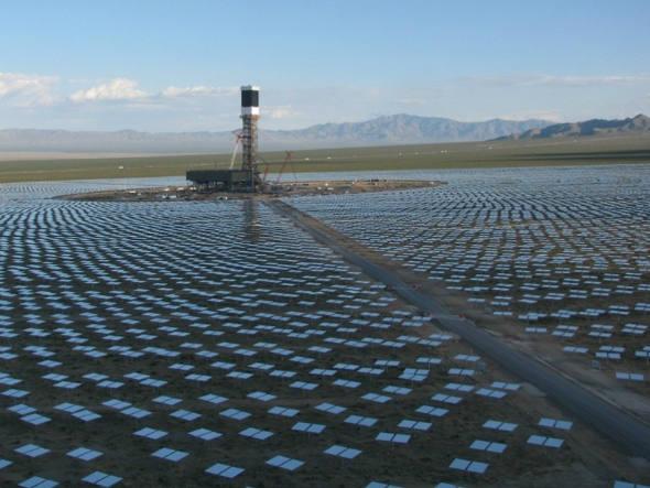 A Ivanpah Solar Electric Generating System, maior usina de energia solar do mundo. Foto: BrightSource Energy