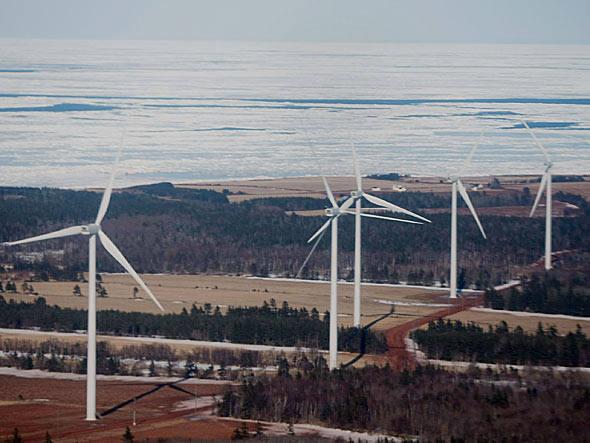 Turbinas eólicas em praia no Canadá. Foto: Getty Images