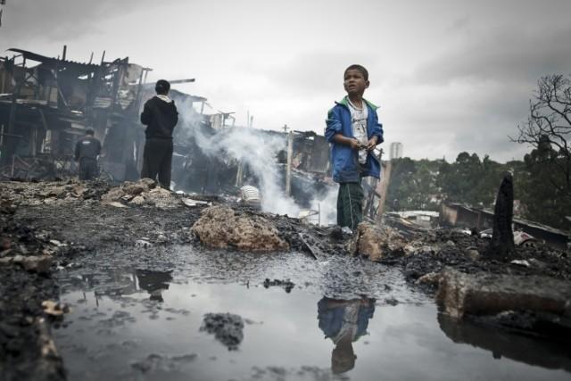 Moradia, infraestrutura, transporte, energia e emprego são alguns dos desafios das megacidades, como Rio, São Paulo e Belo Horizonte. Na imagem, criança na Favela Sônia Ribeiro, conhecida como 'favela do Piolho', atingida por um incêndio em setembro de 2012. Foto: Marcelo Camargo/ABr