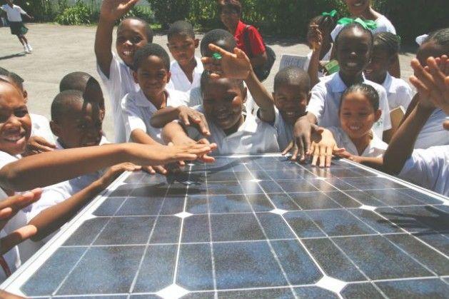 Niños y niñas aprenden sobre energía solar durante una exhibición en Georgetown, Guyana. Crédito: cortesía de CREDP.