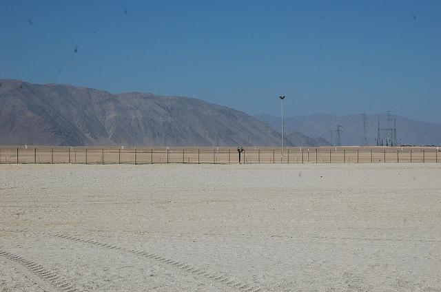 En el desierto de Atacama, en el norte de Chile, se concentra la mayor radiación del planeta y ahí comenzó a construirse la primera planta termosolar de América Latina. Crédito: Marianela Jarroud/IPS