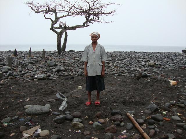 "Alice Pina no exato local onde era a sua casa. ""Perdi tudo."" Foto: Antonio Carlos Teixeira 2014 - www.terragaia.wordpress.com"