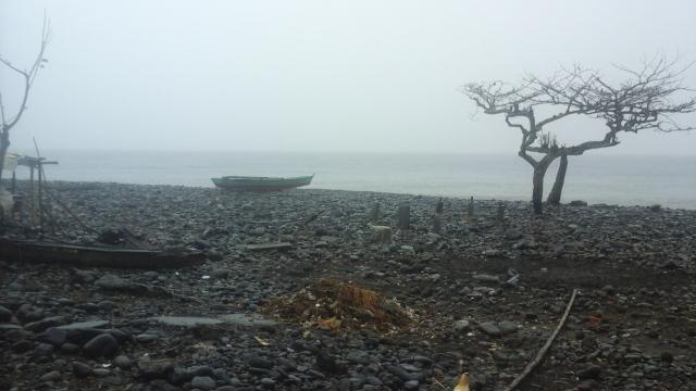 O ponto zero do impacto: devastação foi tudo o que restou da comunidade de Vila de Santa Catarina, liquidada por uma inundação oceânica em São Tomé e Príncipe. Foto: Fredibel Umbelina