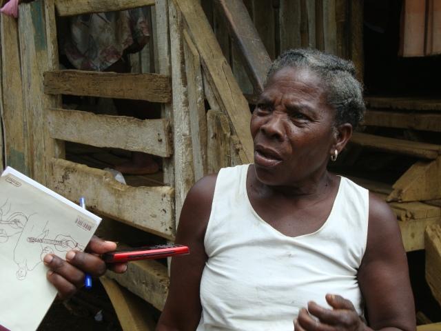 """Dona Vitaliana, 62 anos, mora há 46 anos no Plano Água-Izé: """"não me sinto mais segura aqui."""" Foto: Antonio Carlos Teixeira 2014 - www.terragaia.wordpress.com"""