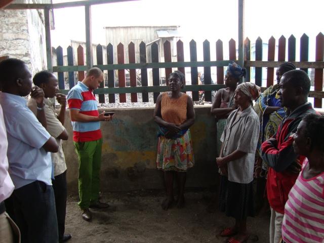 Os jornalistas ambientais do curso do PNUD em São Tomé e Príncipe entrevistam os moradores de Vila de Santa Catarina atingidos pela inundação oceânica.  Foto: Antonio Carlos Teixeira 2014 - www.terragaia.wordpress.com