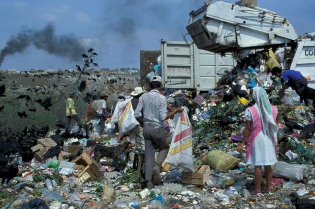 Aterros sanitários são uma das maiores fontes de emissões de metano. A administração adequada pode capturar o gás como uma fonte limpa de combustível, além de reduzir riscos à saúde. Foto: Banco Mundial / Curt Carnemark