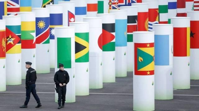 Oficias patrulham entrada da Conferência de Mudanças Climáticas da ONU em Le Bourget, Paris, França. Reuters