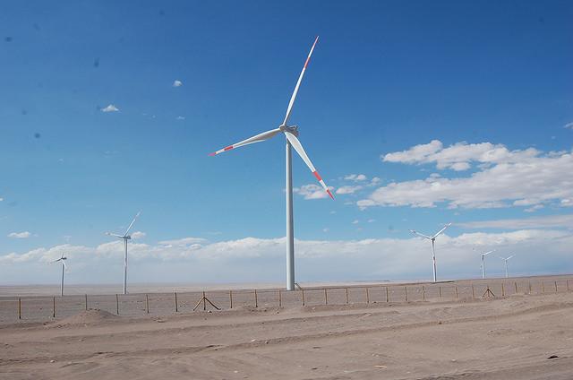 Moinhos de vento em Calama, no deserto de Atacama, norte do Chile. O país possui alto potencial em energias renováveis não convencionais, mas os projetos para seu desenvolvimento podem ser afetados pela queda dos preços do cobre, fonte de seu financiamento. Foto: Marianela Jarroud/IPS